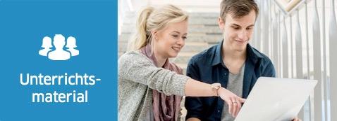 Eine junge Frau und ein junger Mann sitzen an einem Laptop. Symbol: Unterrichtsmaterial