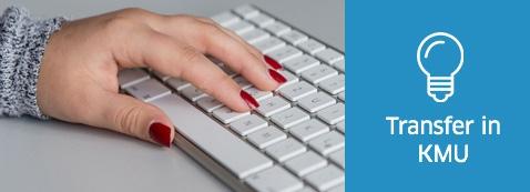 Eine Frauenhand an einer Tastatur. Symbol: Transfer in KMU
